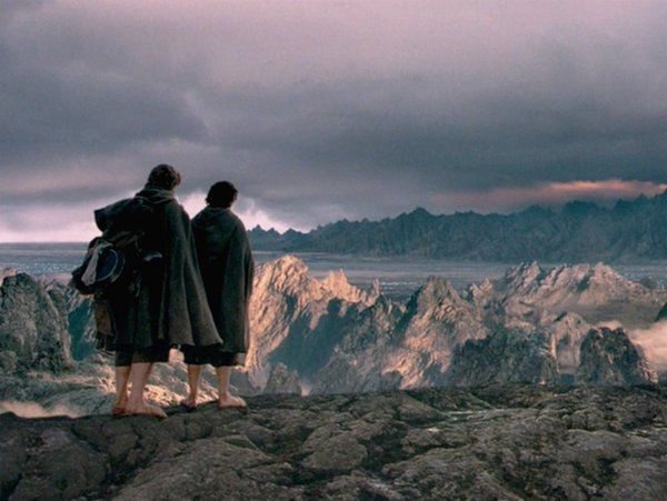 Sam and Frodo look towards Mordor at the end of Lord of the Rings - Fellowship of the ring